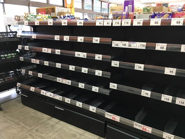 台風19号に備えてパンがなくなったスーパー